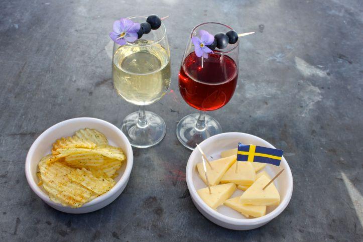Midsommar - Aperitif suedois - kir, chips à l'aneth et fromage suédois