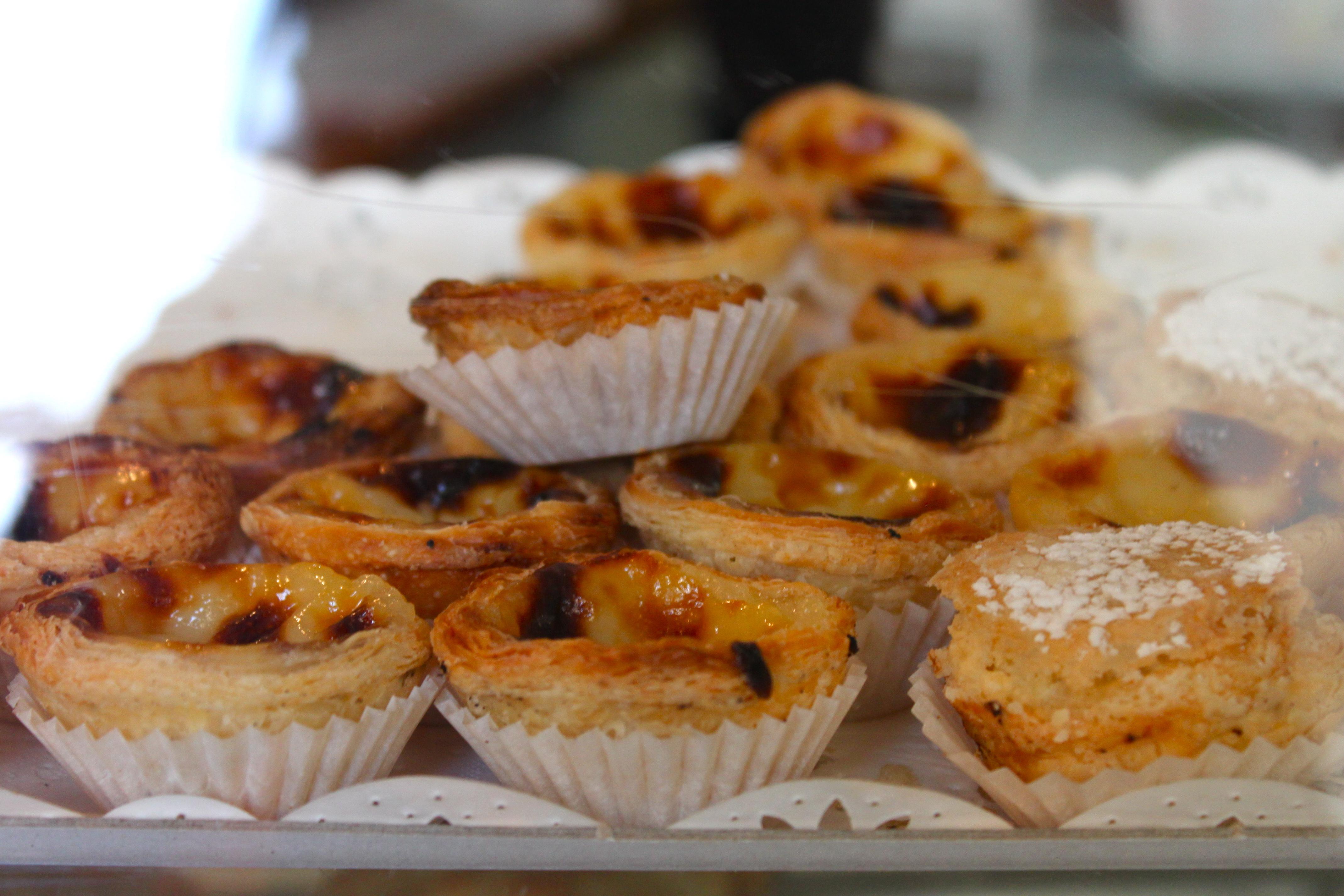 Assises autour d\u0027un petit guéridon en marbre, nous avons pris le thé et  gouté quelques,unes des spécialités de cette jolie pâtisserie portugaise,