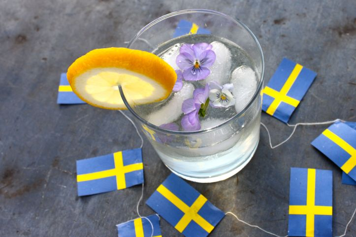 Cocktail suédois Midsommar Blues Gin Sirop Sureau Elderflower Citron 3