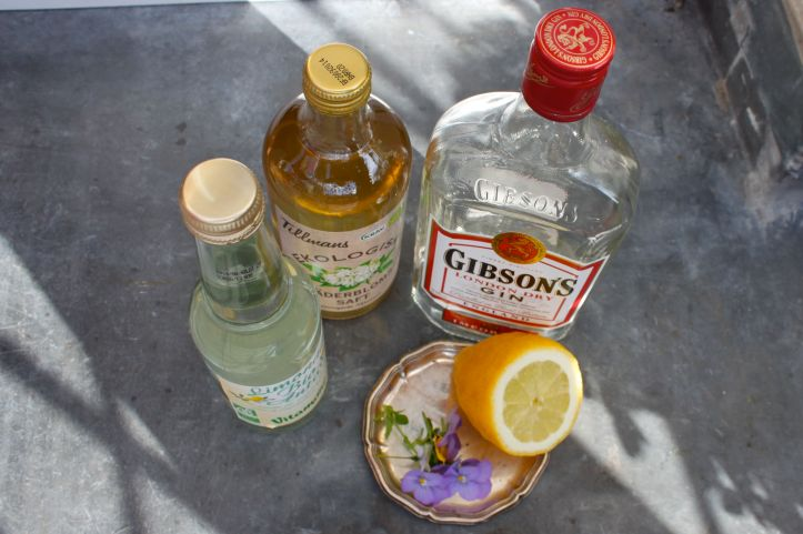 Cocktail suédois Midsommar Blues Gin Sirop Sureau Elderflower Citron